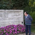 jean devant le monument
